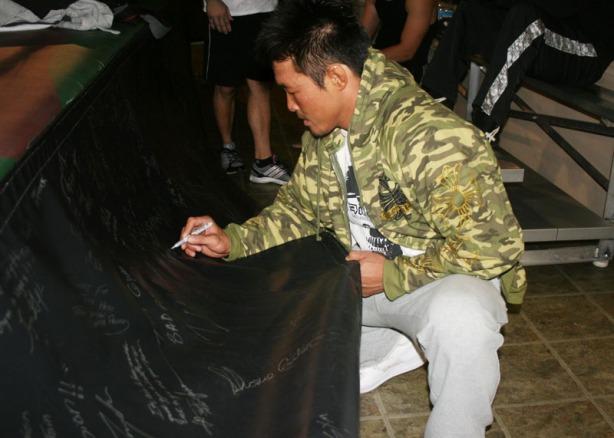 Yoshihiro-Akiyama_SigningApron